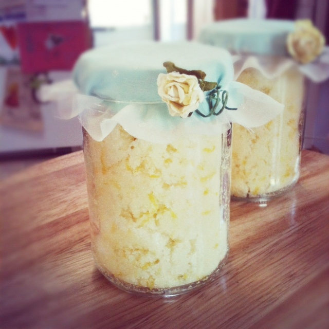 Looking for the perfect homemade gift for your mom or best friend? Make this super easy and beautiful DIY Lemon Sugar scrub